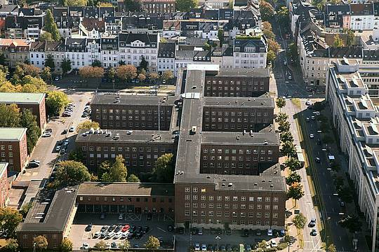 1200px-Duesseldorf_-_Polizeipraesidium__Rheinturm__01_ies.jpg