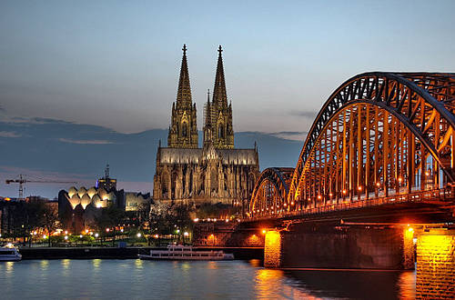 1280px-Koelner_Dom_und_Hohenzollernbruecke_Abenddaemmerung__9706_7_8_.jpg