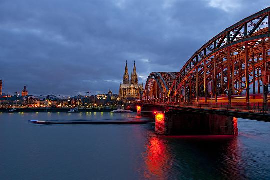 Foto: Hohenzollernbrücke und Kölner Dom bei Nacht